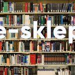Napis e-sklep na tle półek z książkami