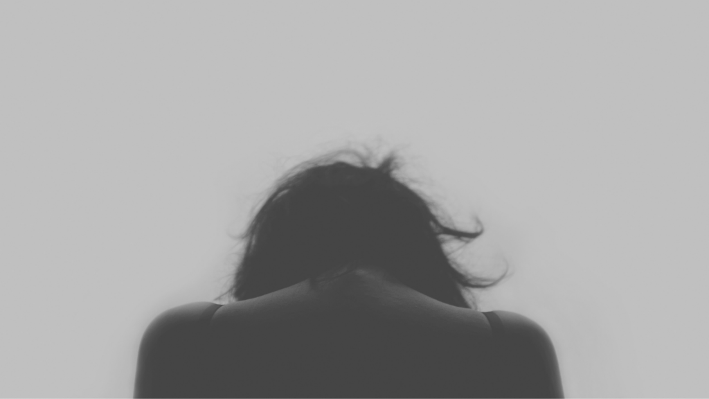 portret kobiety tyłem w szarościach