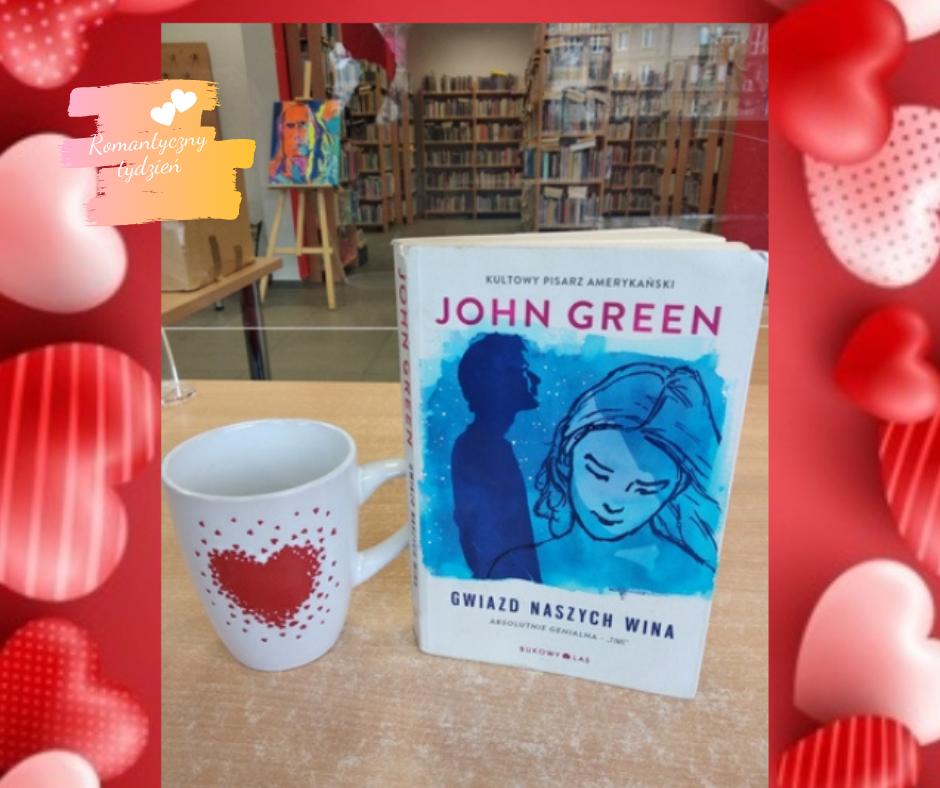 książka i kubek z serduszkiem na stoliku w romantycznej ramce