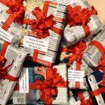 książki zapakowane w papier obwiązane czerwoną wstążką