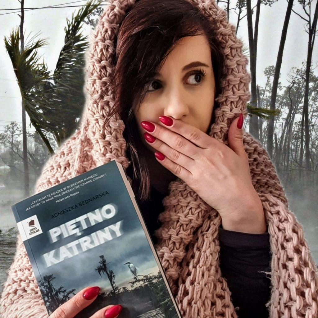 zdjęcie dziewczyny trzymającej książkę