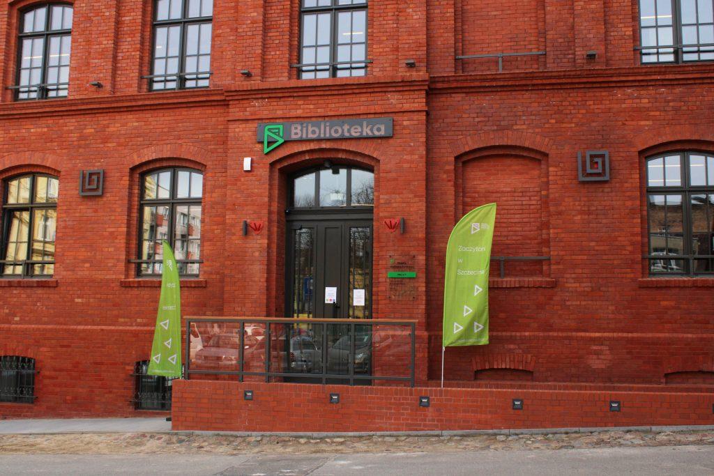 front ceglanego budynku z napisem biblioteka
