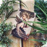 książka otoczona roślinami
