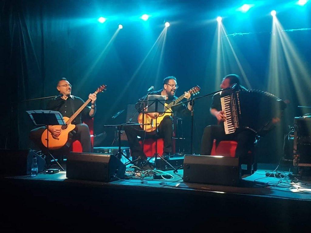 3 muzycy grają na scenie