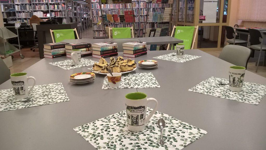Spotkani DKK, na stole kubki i talerze z ciastem
