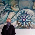osoba stojąca obok muralu