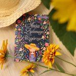 kompozycja książki i kwiatów